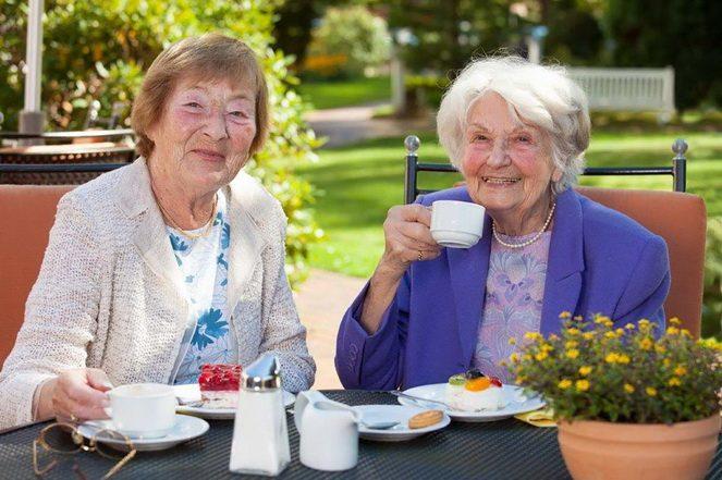 Жінки пенсіонерки за чашкою кави