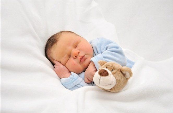 Малюк спить в ліжку