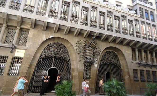 Фасад палацу Гауді в Барселоні