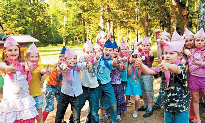Діти в літньому таборі