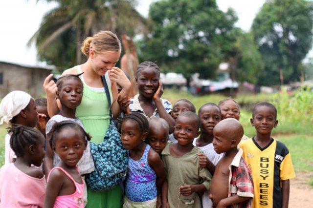 Англійській мові волонтери навчають школярів в Африці та Азії